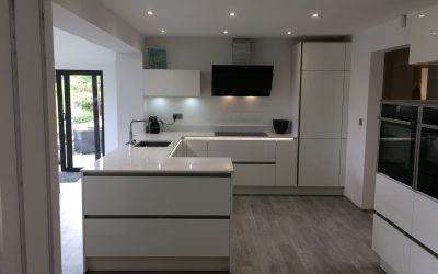 BEAUTIFUL MODERN KITCHEN IN HIGH GLOSS WHITE AND ANTHRACITE