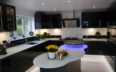 MODERN KITCHEN WITH INNOVATIVE ISLAND DESIGN IN STRIKING BLACK GLOSS
