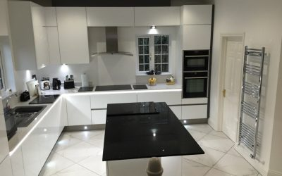 MODERN SIMPLICITY – HIGH GLOSS GLASS WHITE KITCHEN