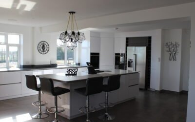 STYLISH MODERN OPEN PLAN KITCHEN WITH DRINKS AREA – HIGH GLOSS ULTRA WHITE AND CERAMIC OXIDE NERO